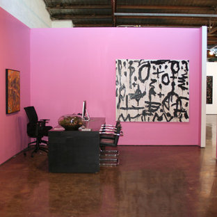 Bild på en mellanstor funkis hall, med rosa väggar, betonggolv och grått golv