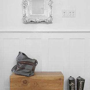 Пример оригинального дизайна: коридор в стиле фьюжн с белыми стенами и деревянным полом