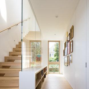 На фото: коридор среднего размера в стиле модернизм с белыми стенами, светлым паркетным полом и бежевым полом