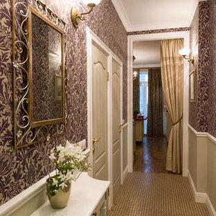Пример оригинального дизайна интерьера: маленький коридор в классическом стиле с фиолетовыми стенами и полом из керамической плитки