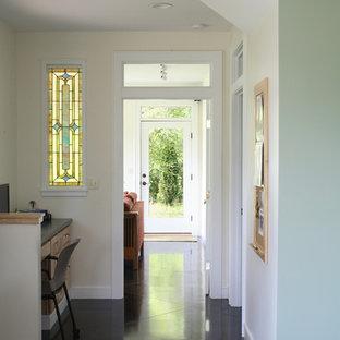 ポートランド(メイン)のヴィクトリアン調のおしゃれな廊下 (ベージュの壁、黒い床) の写真
