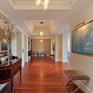 Cette photo montre un couloir chic avec un sol rouge.