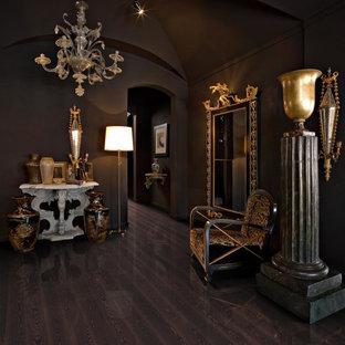Idées déco pour un couloir éclectique de taille moyenne avec un mur violet, un sol en bois foncé et un sol noir.