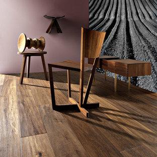 Mittelgroßer Rustikaler Flur mit lila Wandfarbe und braunem Holzboden in Chicago
