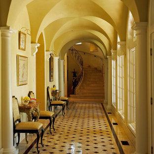 Réalisation d'un couloir méditerranéen avec un mur beige et un sol multicolore.