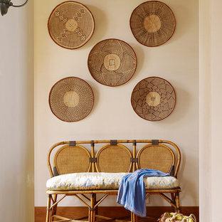 Idée de décoration pour un couloir ethnique avec un mur blanc et un sol en bois brun.