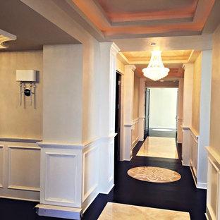 Klassisk inredning av en mycket stor hall, med lila väggar, travertin golv och beiget golv