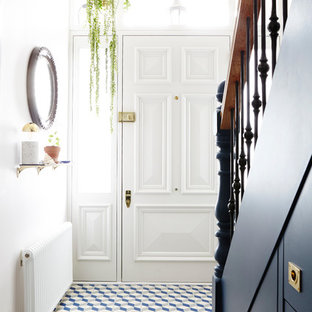 Стильный дизайн: большой коридор в стиле кантри с розовыми стенами, полом из терракотовой плитки и разноцветным полом - последний тренд