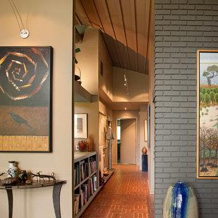 Неиссякаемый источник вдохновения для домашнего уюта: коридор среднего размера в стиле ретро с серыми стенами, кирпичным полом и красным полом