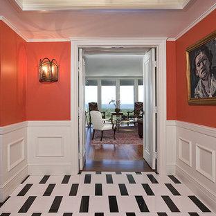 Exempel på en eklektisk hall, med röda väggar och flerfärgat golv