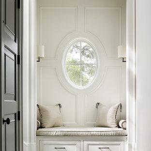 Свежая идея для дизайна: коридор в морском стиле с белыми стенами - отличное фото интерьера