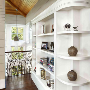 Стильный дизайн: коридор в морском стиле с белыми стенами, темным паркетным полом и деревянным потолком - последний тренд