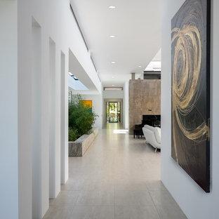 フェニックスの広いモダンスタイルのおしゃれな廊下 (磁器タイルの床、白い壁、グレーの床) の写真