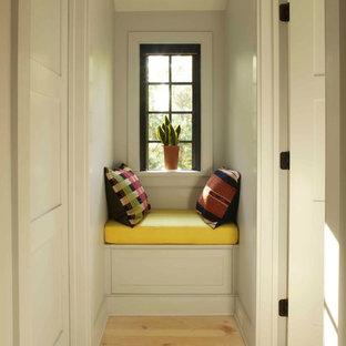 Idée de décoration pour un couloir champêtre avec un mur gris.