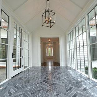На фото: коридор среднего размера в классическом стиле с белыми стенами, мраморным полом и черным полом