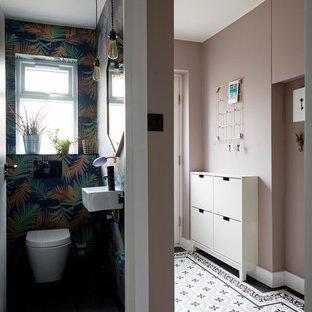 Foto på en liten funkis hall, med rosa väggar, klinkergolv i keramik och flerfärgat golv