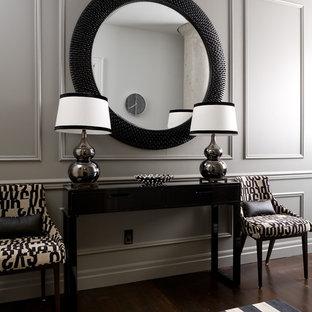 トロントの中サイズのトランジショナルスタイルのおしゃれな廊下 (グレーの壁、濃色無垢フローリング、茶色い床) の写真
