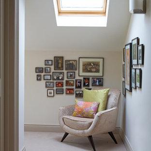 Inspiration för en funkis hall, med vita väggar och heltäckningsmatta