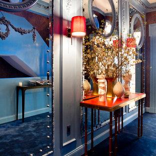 Idéer för en modern hall, med blått golv