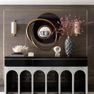 Inspiration för moderna hallar, med bruna väggar och flerfärgat golv