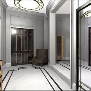 Пример оригинального дизайна: большой коридор в классическом стиле с полом из керамогранита, белым полом, серыми стенами, балками на потолке и панелями на части стены