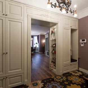 Inspiration pour un couloir traditionnel de taille moyenne avec un mur violet.