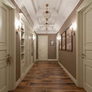 Idéer för en mellanstor klassisk hall, med bruna väggar och mörkt trägolv