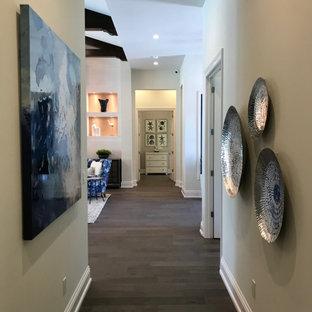 Cette image montre un couloir marin de taille moyenne avec un mur blanc, un sol en bois foncé, un sol marron et un plafond en poutres apparentes.