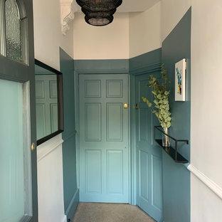 他の地域の小さいエクレクティックスタイルのおしゃれな廊下 (青い壁、カーペット敷き、ベージュの床) の写真