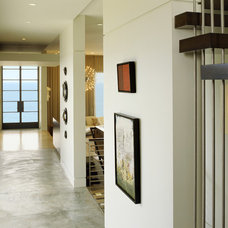 Modern Hall by Tommy Chambers Interiors, Inc.