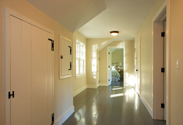 Traditional Hall by JAMES DIXON ARCHITECT PC