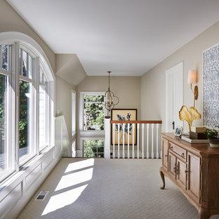 Foto di un grande ingresso o corridoio con pareti beige e moquette