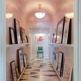 Réalisation d'un grand couloir bohème avec un mur rose et un sol multicolore.