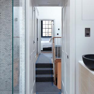 Ispirazione per un piccolo ingresso o corridoio design con pareti bianche e moquette