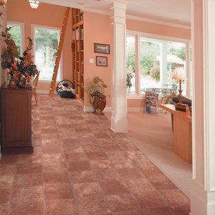 Inspiration för klassiska hallar, med rosa väggar och rosa golv