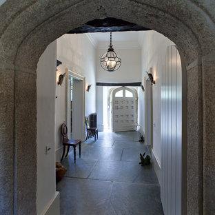 ロンドンのトラディショナルスタイルのおしゃれな廊下の写真