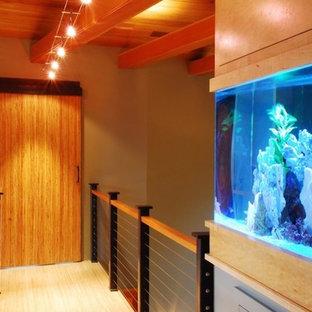 Aménagement d'un couloir moderne de taille moyenne avec un sol en bambou, un mur gris et un sol beige.