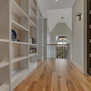 Kleiner Klassischer Flur mit braunem Holzboden und Holzwänden in Minneapolis