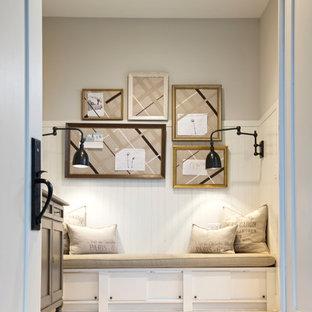 Exempel på en liten klassisk hall, med grå väggar, ljust trägolv och beiget golv