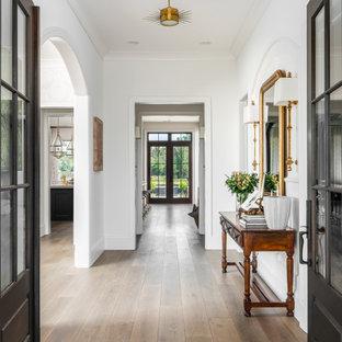 Großer Klassischer Flur mit weißer Wandfarbe, braunem Holzboden und braunem Boden in Nashville