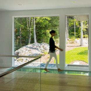 Mittelgroßer Moderner Flur mit weißer Wandfarbe und hellem Holzboden in Boston