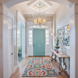 Klassisk inredning av en hall, med beige väggar, ljust trägolv och beiget golv