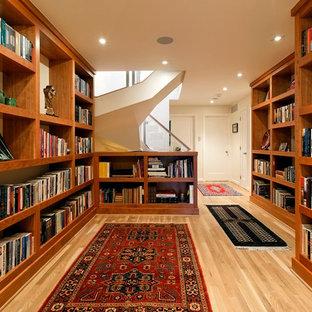 Exempel på en modern hall, med beige väggar, mellanmörkt trägolv och beiget golv