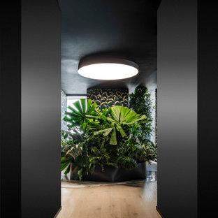 На фото: большой коридор в стиле модернизм с белыми стенами, светлым паркетным полом, бежевым полом и потолком с обоями