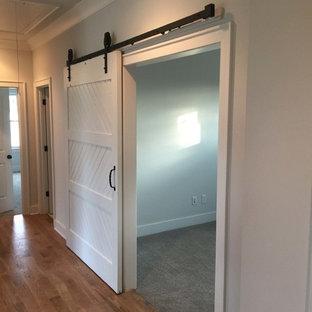 Неиссякаемый источник вдохновения для домашнего уюта: большой коридор в стиле рустика с серыми стенами и паркетным полом среднего тона
