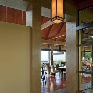 ハワイの中くらいのトロピカルスタイルのおしゃれな廊下 (黄色い壁、スレートの床、グレーの床) の写真