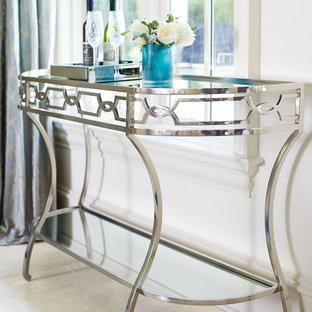 Источник вдохновения для домашнего уюта: маленький коридор в стиле современная классика с белыми стенами и полом из известняка