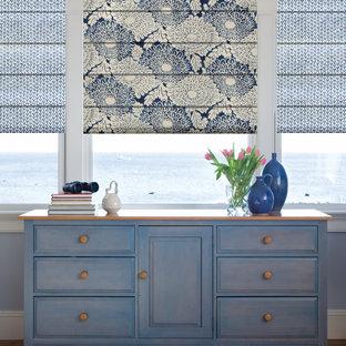 Стильный дизайн: коридор среднего размера в морском стиле с серыми стенами, паркетным полом среднего тона и коричневым полом - последний тренд