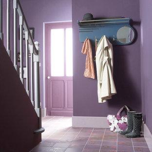 Exempel på en modern hall, med lila golv