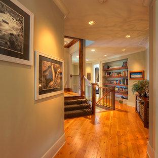 Неиссякаемый источник вдохновения для домашнего уюта: коридор среднего размера в стиле кантри с бежевыми стенами и светлым паркетным полом